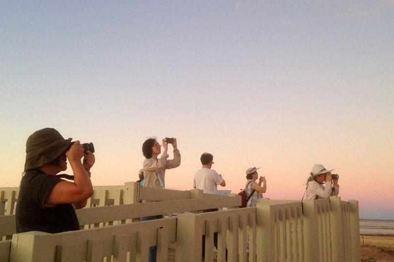 tourist-taking-photos-of-lake-tyrrell-night-sky-at-sunset-mt-wycheproof